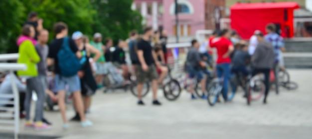 Image défocalisée de beaucoup de gens avec des vélos de bmx. rencontre des amateurs de sports extrêmes Photo Premium