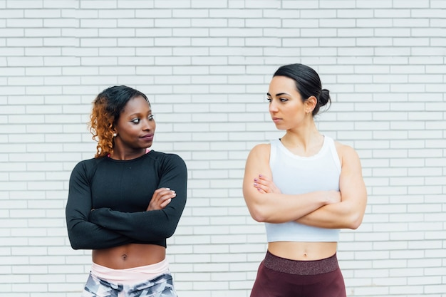 Image De Deux Femmes Athlétiques. Celui De Gauche Est D'une Jeune Femme Noire. Photo Premium