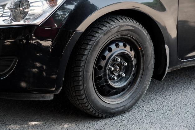 L'image devant la roue de la voiture noire Photo Premium