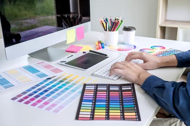 Image du graphiste créatif travaillant sur la sélection des couleurs et dessinant sur une tablette graphique Photo Premium