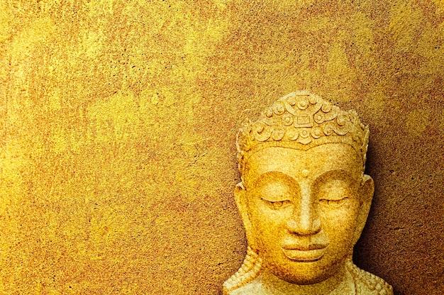 Image du visage de bouddha, concept d'image de bouddha sur fond de ciment or grunge. Photo Premium