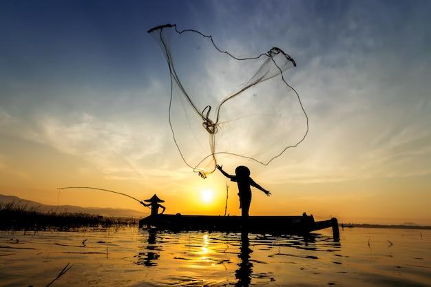 L'image est la silhouette. les pêcheurs qui pêchent vont pêcher tôt le matin avec woo Photo Premium