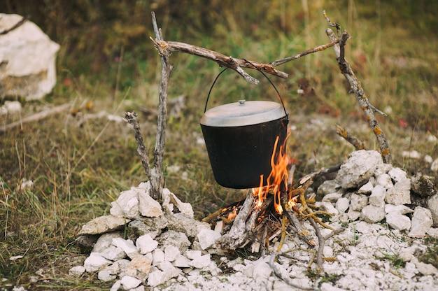 L'image d'un feu dans le bois sur lequel est fabriqué un pot Photo Premium