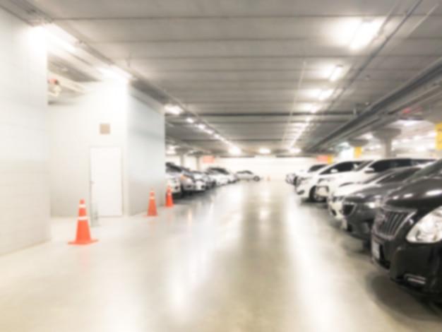 Image floue abstraite de nombreuses voitures dans un garage intérieur de grand magasin ou de centre commercial Photo Premium
