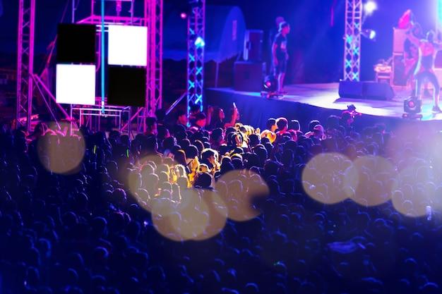 Image floue du public dans le festival de musique de nuit gratuit Photo Premium