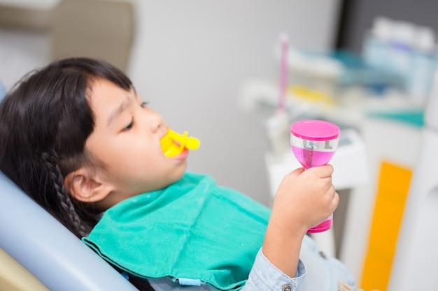Image floue le revêtement fluoride chez les enfants Photo Premium