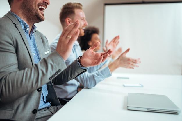 Image Gros Plan Des Hommes D'affaires Applaudissant Après Un Séminaire Ou Une Présentation. Photo Premium
