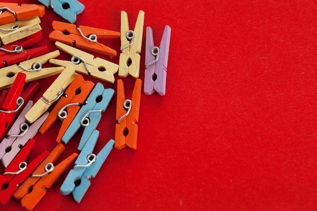Image gros plan de pinces à linge de bureau coloré Photo gratuit