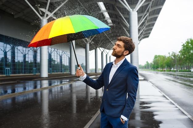 Image - Jeune Homme Affaires, Tenue, Coloré, Parapluie, à, Arrose, Autour, Dans, Rue Pluvieuse Photo gratuit