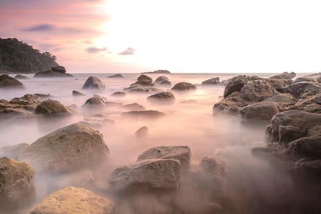 Image de longue exposition sur paysage de pierre et de coucher de soleil sur la mer d'andaman Photo Premium