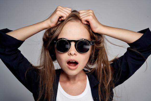 Image De Mode élégante D'une Petite Fille à Lunettes Noires Photo Premium