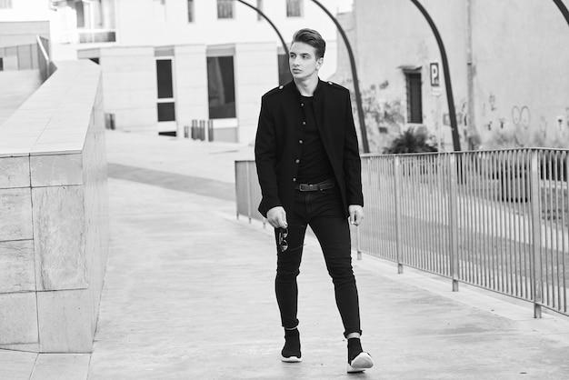 Image noir et blanc d'un bel homme Photo Premium
