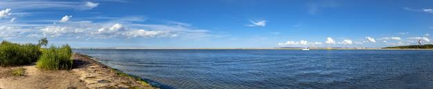 Image panoramique de l'embouchure de la rivière swina à swinoujscie, en pologne Photo Premium