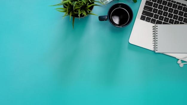 Image pastel de plat créatif de bureau et de fournitures de bureau Photo Premium