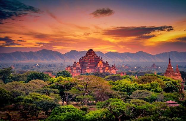 Image Paysage De L'ancienne Pagode Au Coucher Du Soleil à Bagan, Myanmar Photo Premium