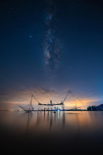 Image Paysage De La Voie Lactée Sur L'équipement Traditionnel En Résille Carrée Photo Premium