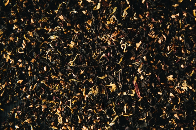 Image Plein Cadre Décorative D'additifs De Fruits Et De Fleurs De Thé Vert Et Noir Secs Photo Premium