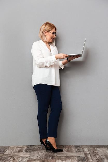 Image Pleine Longueur D'heureuse Femme D'âge Moyen Dans Des Vêtements élégants Photo Premium