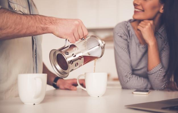 Image recadrée de bel homme versant du thé Photo Premium