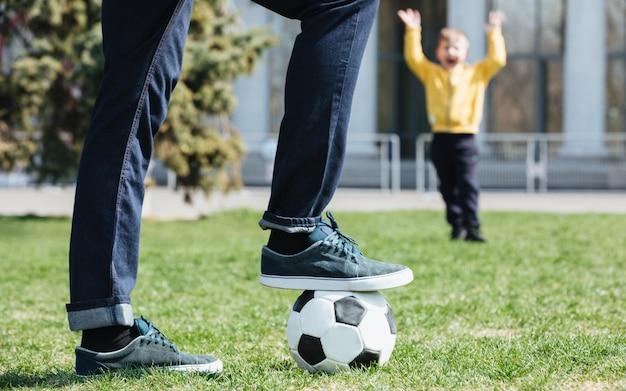 Image Recadrée D'un Père Jouant Au Football Avec Son Fils Photo gratuit