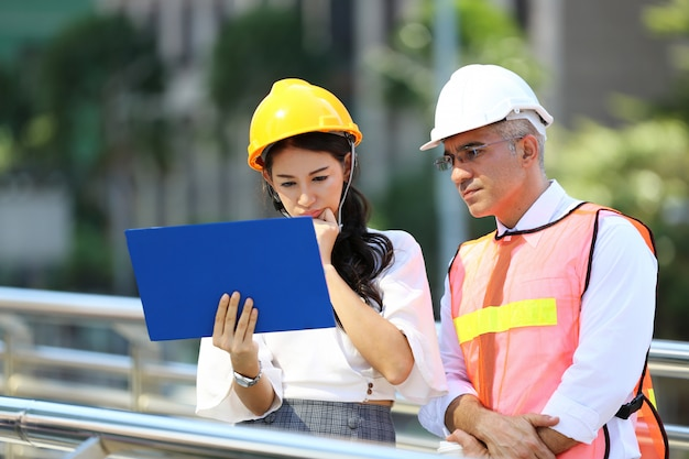 Image D'une Réunion D'affaires Entre Un Gestionnaire Et Des Ingénieurs De Construction Sur Le Chantier Photo Premium