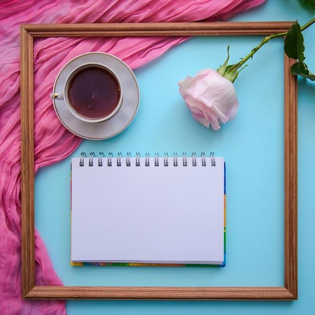 Image Romantique Avec Cadre En Bois, Thé, Bloc-notes Et Rose Photo Premium