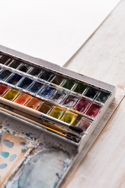 Image De Seaux De Peinture Et Pinceaux Isolés Photo gratuit