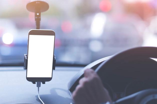 Une image simulée d'un homme non identifié conduit un taxi avec un écran blanc de téléphone intelligent. Photo Premium