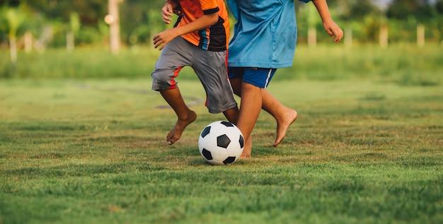 Une image de sport d'action d'enfant jouant au foot de football pour l'exercice dans la communauté sous le Photo Premium