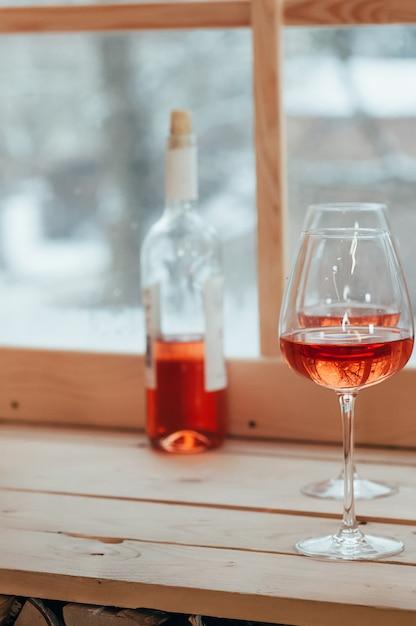 Une Image Verticale De Bouteille De Vin Rosé Et Deux Verres Photo Premium