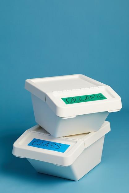 Image Verticale De Poubelles étiquetées Pour Le Verre Et Les Déchets Organiques, Concept De Tri Et De Recyclage Photo Premium