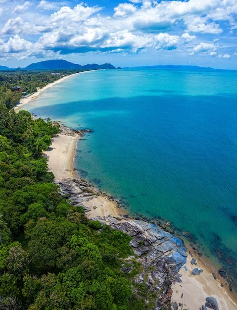 Image Vue Aérienne De La Mer, De La Plage Et De La Jungle Avec Un Ciel Bleu Photo Premium