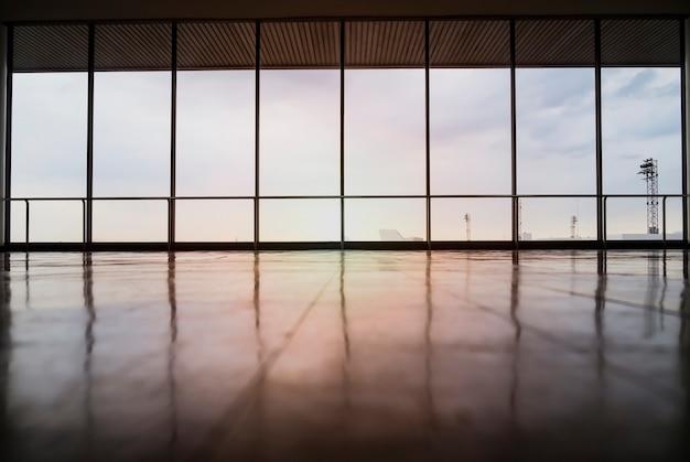 Image de windows dans un immeuble de bureaux morden Photo gratuit