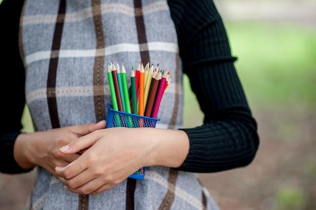 Images à la main et au crayon, couleur de fond vert concept d'éducation avec espace de copie Photo Premium