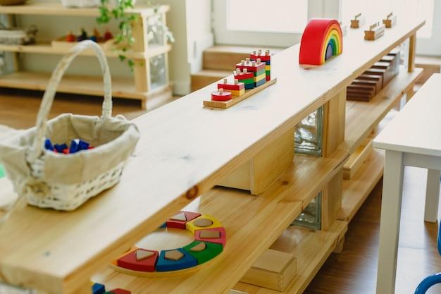 Images d'une salle de classe montessori avec tout son matériel pour l'école Photo Premium