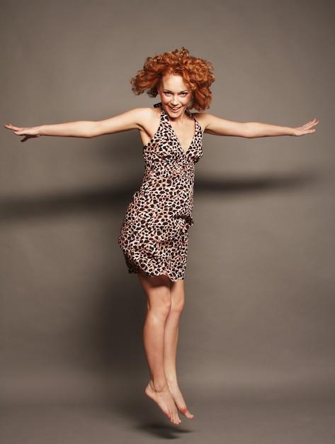 Imaginez une belle fille sautante Photo Premium