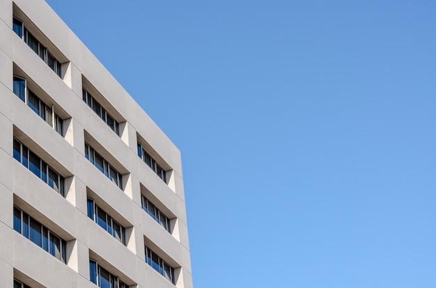 Immeuble de bureaux et fond de ciel bleu Photo Premium