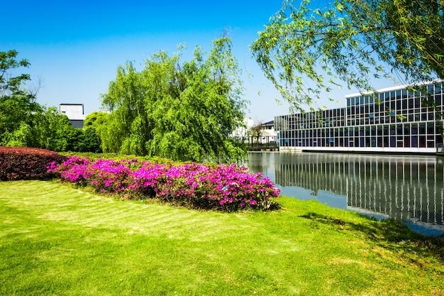 Immeuble de bureaux avec rivière Photo gratuit