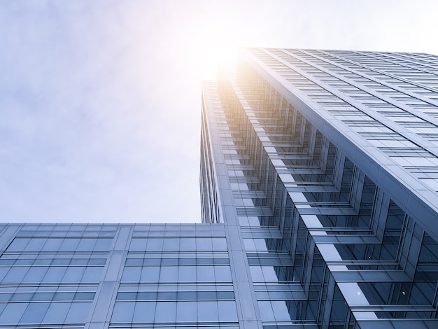 Les immeubles de bureaux s'étirent jusqu'au ciel avec la lumière du soleil. Photo Premium