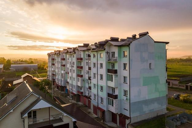 Immeubles d'habitation et toits de maisons de banlieue Photo Premium