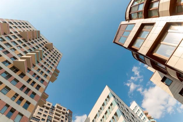 Immeubles résidentiels typiques. vue de dessous. angle Photo Premium