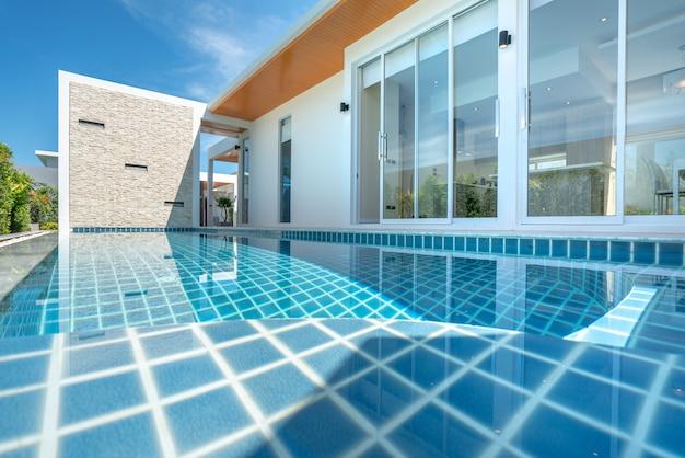 Immobilier design intérieur et extérieur piscine de la maison Photo Premium