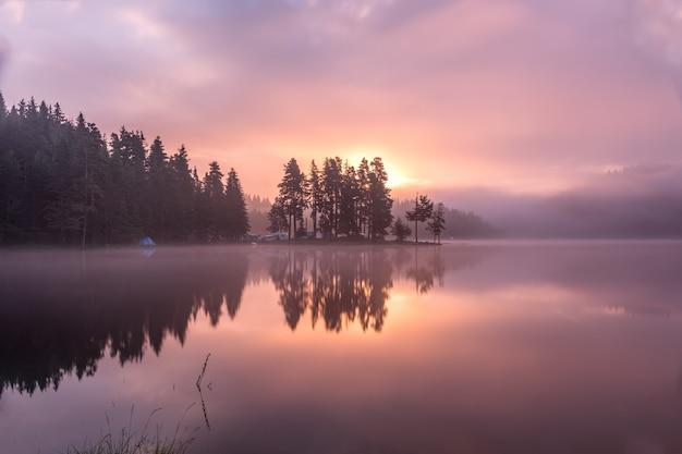 Impressionnant beau lac de montagne shiroka polyana dans la montagne rodopi, bulgarie. Photo Premium