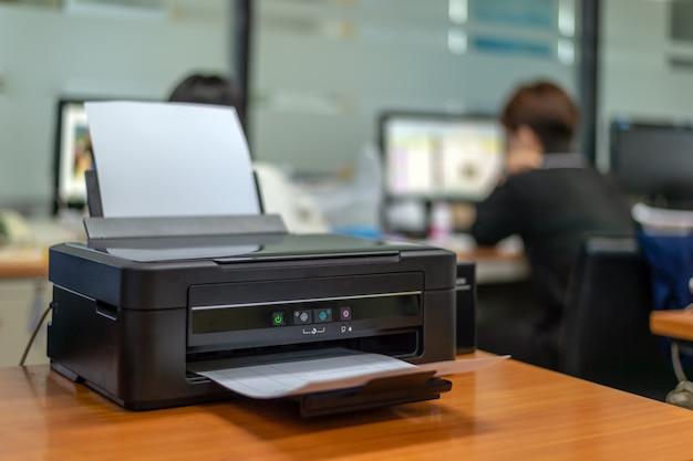 Imprimante noire au bureau avec flou artistique et lumière en arrière-plan Photo Premium
