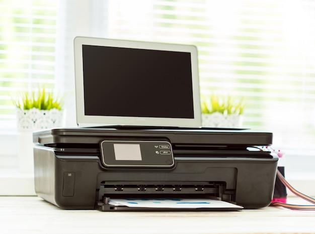 Imprimante et ordinateur. table de bureau Photo Premium