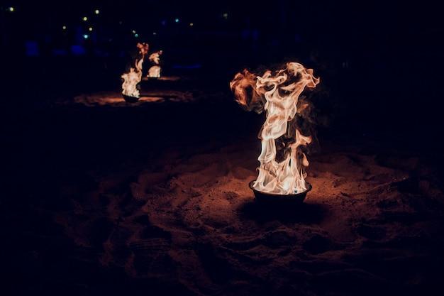 Incendie Au Sommet D'une Pyramide De Sable Sur La Plage Avec L'érosion Des Marées Entrantes Photo Premium