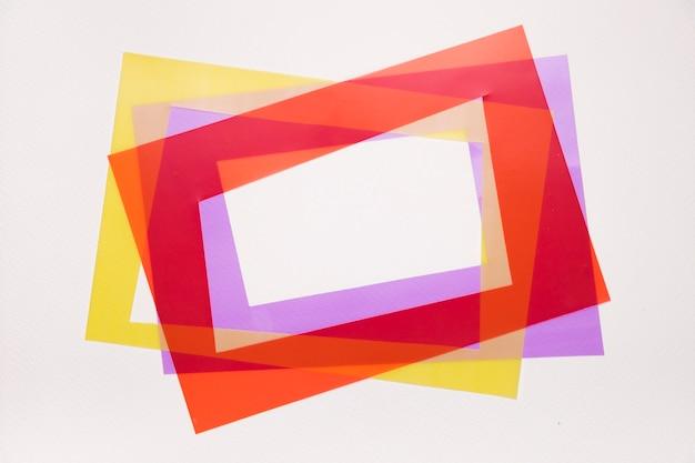 Inclinaison rouge; cadre jaune et violet sur fond blanc Photo gratuit