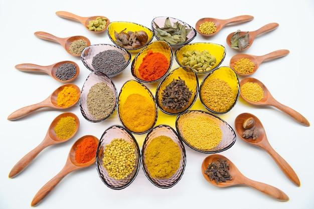 Inclure les épices et les herbes indiennes. Photo Premium