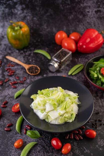Incorporer Le Chou Chinois Frit Avec La Sauce Aux Huîtres. Photo gratuit