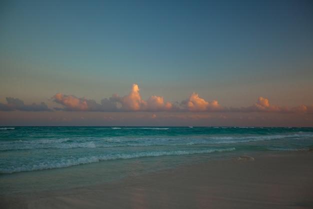 Incroyable Coucher De Soleil Coloré Sur La Plage Tropicale Au Mexique Photo Premium